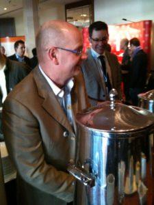 Alexander Holl verteilt Kaffee :)